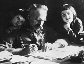 Józef Piłsudski mit seinen Töchtern Wanda (rechts) und Jadwiga