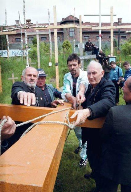 Kazimierz Świtoń (links im Bild) mit seinen Unterstützern beim Aufstellen eines weiteren  Kreuzes in der ehem. Kiesgrube am KL Auschwitz im Sommer 1998.