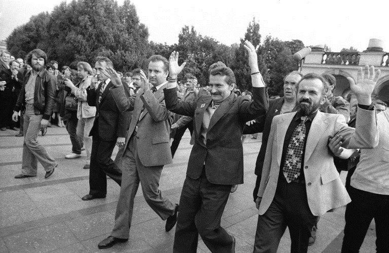 Eintracht die nicht lange währte. Kazimierz Świtoń, Lech Wałęsa, Marian Jurczyk und Tadeusz Mazowiecki (von rechts) am 24. Septembner 1980 vor dem Grabmal des Unbekannten Soldaten auf dem Warschauer Siegesplatz nach dem sie den Anrtag auf Zulassung der Gewerkachaft  Solidarnośc beim Warschauer Woiwodschaftsgeicht eingereicht haben.