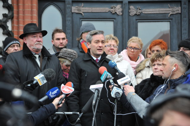 Biedroń belagert von den Medien nach der Wahlentscheidung im November 2014