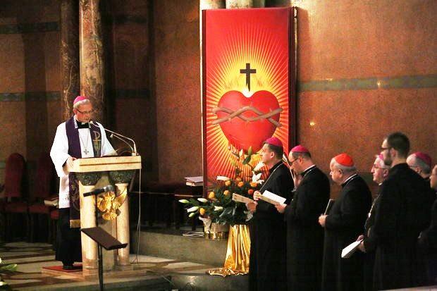 Bischofs von Płock, Piotr Libera hält die Predigt während des Reue-Gottesdienstes für die Sünden des sexuellen Miβbrauchs von Kindern und Jugendlichen durch Geistliche