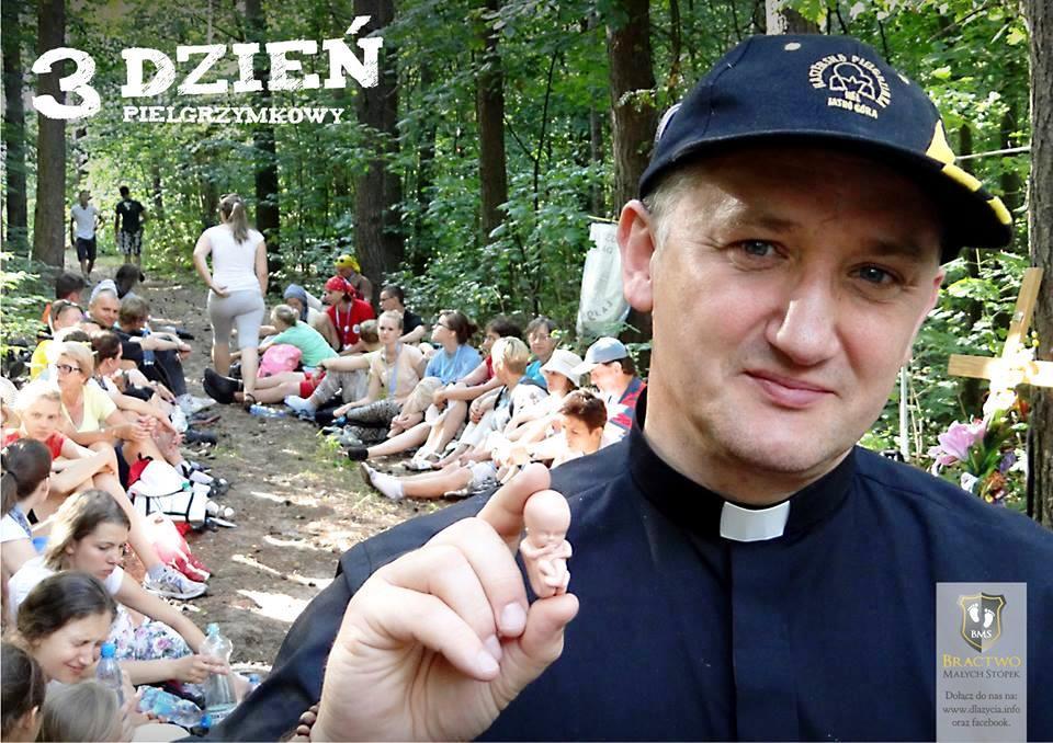 """Pfarrer Kancelarczyk mit einem """"Hänschen""""."""
