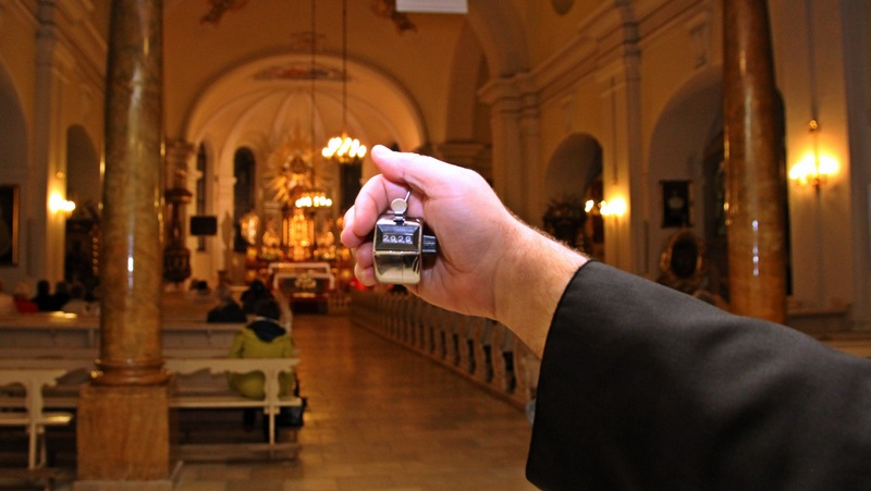 Wer am Ende der Messe die Kirche verlieβ, wurde am Ausgang mit einem Klick erfasst.
