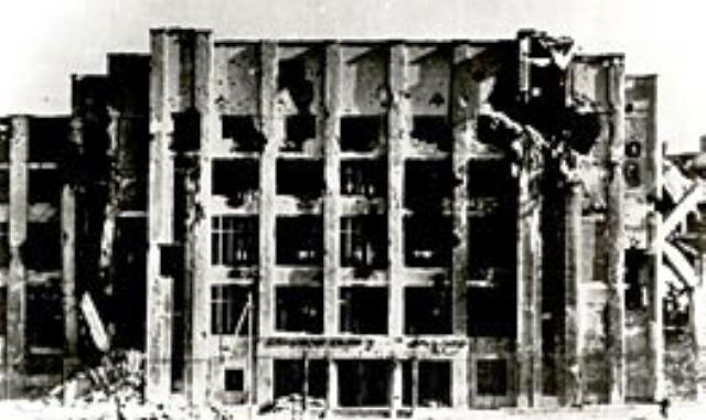 Das PWPW-Gebäude nach den schweren Kämpfen während des Warschauer Aufstandes im August 1944.