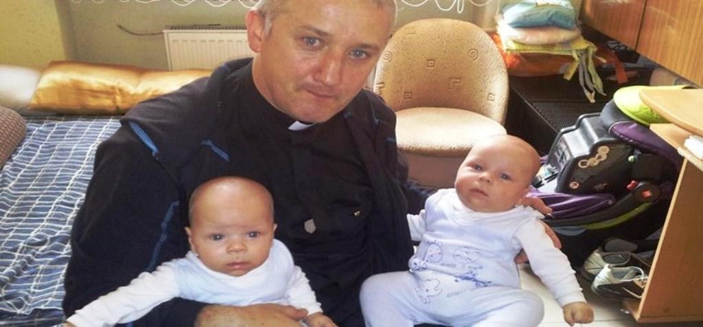 Ist es so verwunderlich, wenn ein Mann mit Priesterkragen gerührt ist, wenn er vor der Abtreibung gerettet Zwillinge sieht?