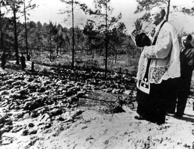 Ein Pfarrer segnet die von den Sowjets in Katyń b. Smolensk ermordeten polnischen Offiziere während der von den Deutschen angeordneten Exhumierungen im Frühjahr 1943.