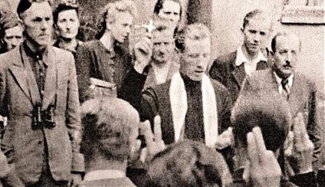 Ein Pfarrer nimmt den Warschauer Aufsändischen im August 1944 den Eid ab.