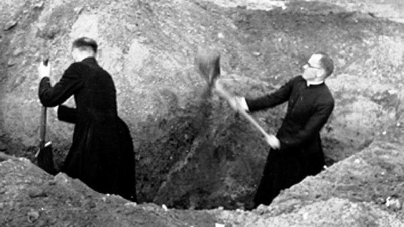 Die Kirche hat das Schicksal der Nation uneingeschränkt geteilt. Daher rührt ihr Ansehen. Pfarren helfen beim Ausgeben von Laufgräben währen der Verteidigung Warschaus im September 1939.