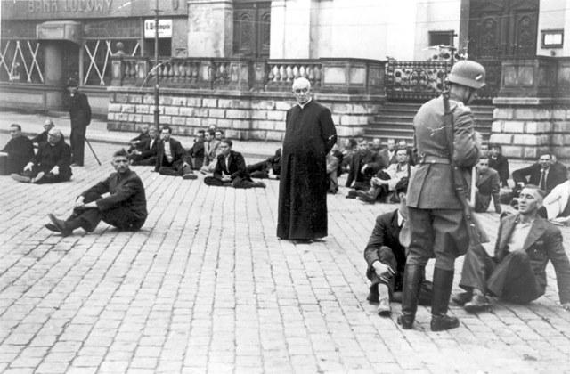 PFarrer warten in Bydgoszcz/Bromberg im September 1939 auf Ihre Erschiessung zusammen mit anderen polnischen Geiseln.