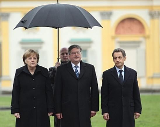 Bronisław Komorowskis  Komorowskis Patzer und Fehlschläge. Frankreichs Staatspräsident im Regen stehen gelassen.