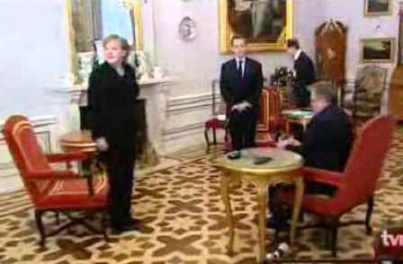 Gäste stehen, der Gastgeber sitzt. Warschau 7. Februar 2011.