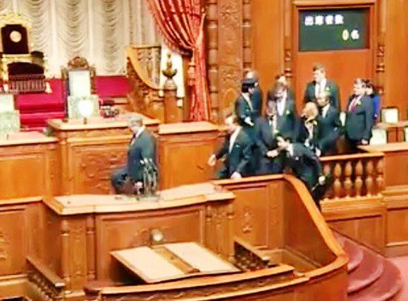 Den Stuhl des japanischen Parlamentspräsidenten bestiegen 1.