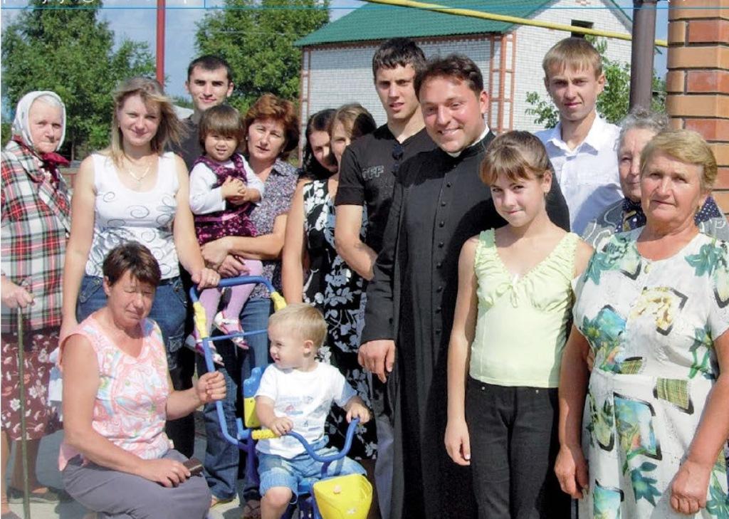 Pfarrer Jan Dargiewicz mit seinen Gemeindemeitgliedern.