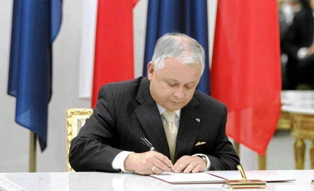 Staatspräsidente Lech Kaczyński unterschreibt am 10. Oktober 2009 den Lissabonner Vertrag.