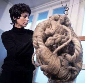 Schnüre, Taue, Stricke verwandeln sich zu Skulpturen. Magdalena Abakanowicz Anfang der 70er Jahre.