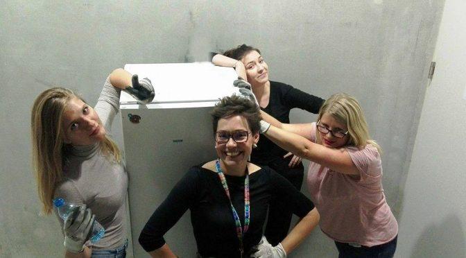 Vier Frauen, ein Kühlschrank